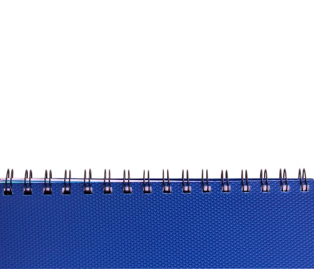Nouveau carnet bleu avec anneaux sur blanc