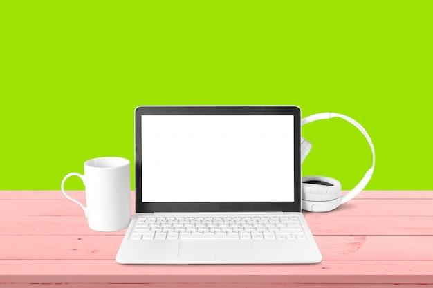 Nouveau casque et ordinateur portable sur la table