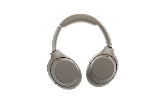 Un nouveau casque sans fil gris moderne, appareil de studio audio isolé