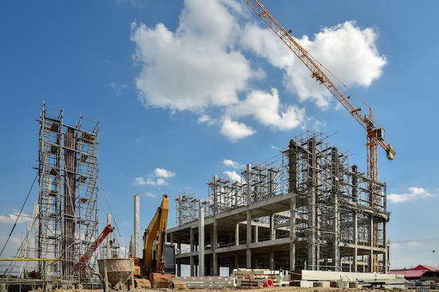 Un nouveau chantier de construction avec grue à tour