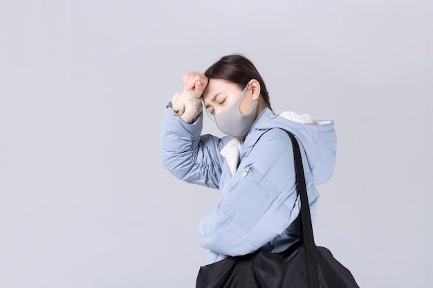 Nouveau concept de coronavirus. une femme asiatique a le nez bouché ou le nez qui coule et a de la fièvre.