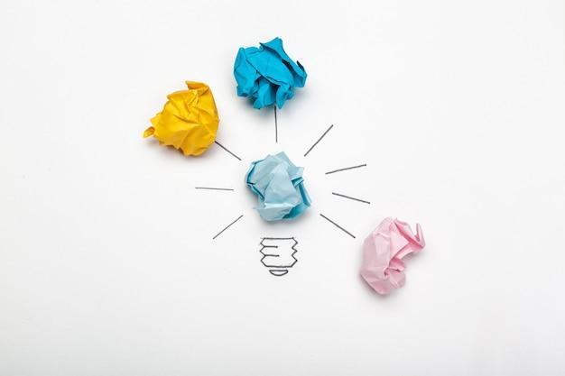 Nouveau concept d'idée. boules de papier froissées colorées
