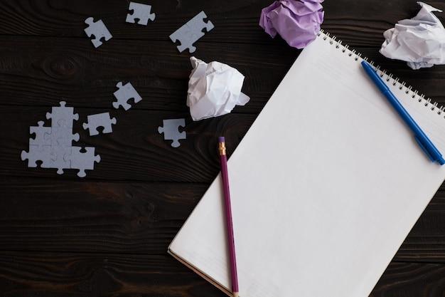 Nouveau concept d'idée avec du papier de bureau froissé