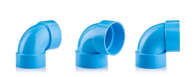 Nouveau connecteur en pvc bleu pour conduite d'eau isolé sur blanc