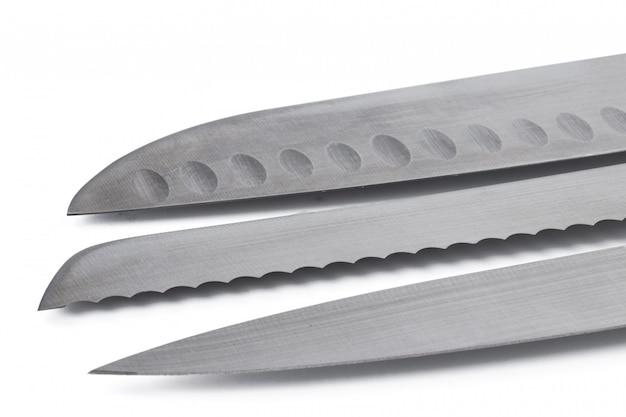 Nouveau couteau en métal tranchant sur fond blanc