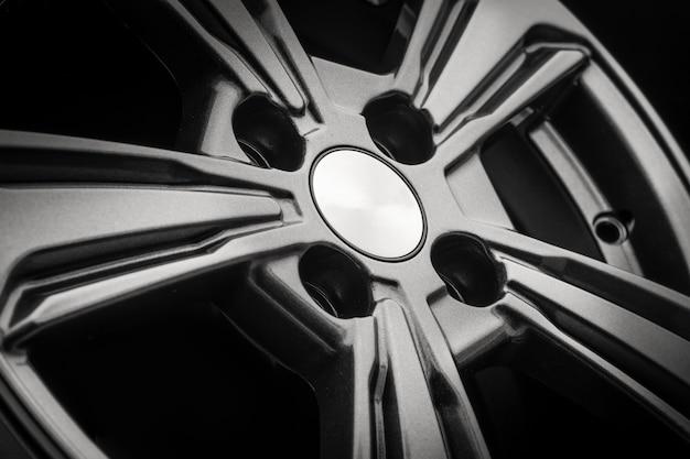 Nouveau disque moulé sous pression de roue en alliage d'aluminium gris close up.