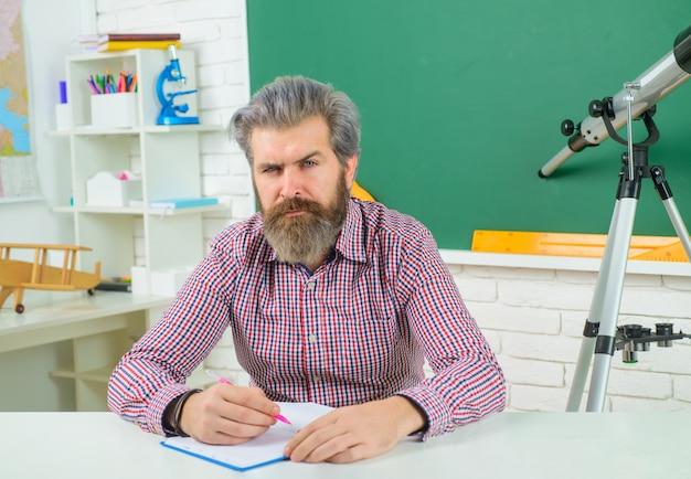 De nouveau à l'enseignant de l'école dans l'apprentissage en classe concept d'école d'éducation l'enseignant de septembre se prépare