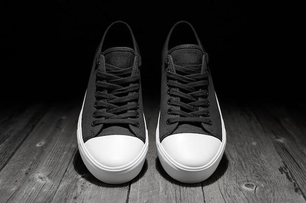 Nouveau gumshoes classiques avec une semelle blanche sur un noir.