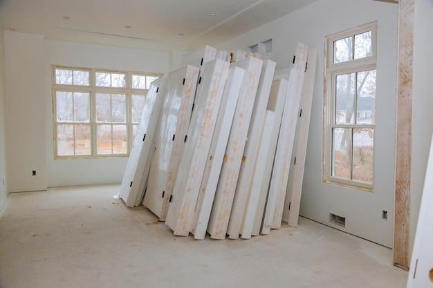 Nouveau matériel d'installation à domicile pour les réparations dans un appartement est en construction, rénovation, reconstruction et rénovation de porte