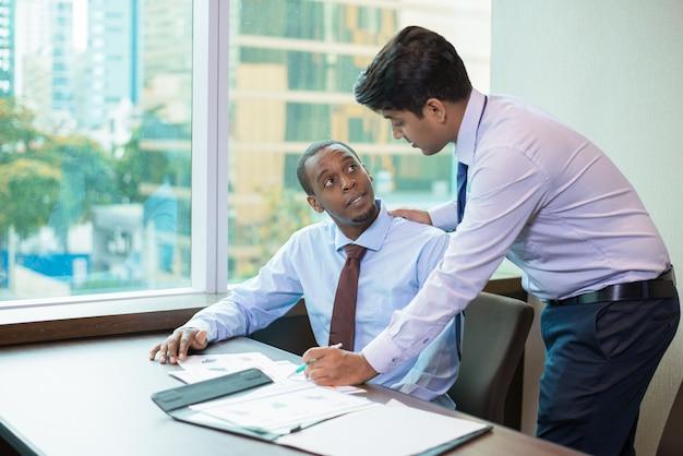 Un nouveau membre de l'équipe positif interroge le mentor à propos du projet