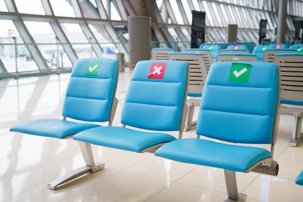 Nouveau mode de vie moderne normal garder la distance pour empêcher la propagation du virus covid dans les lieux publics, les magasins, les compagnies aériennes. distanciation sociale et et garder la distance.
