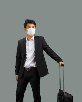 Nouveau mode de vie normal, un homme d'affaires voyageant et portant un masque facial protège le coronavirus covid-19