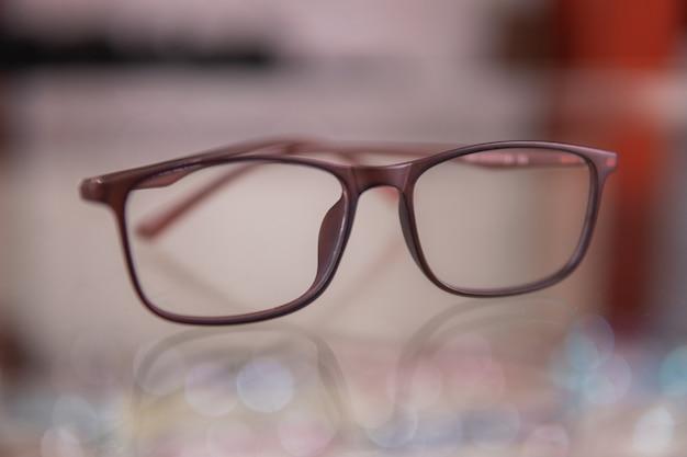 Un nouveau modèle de lunettes dans le magasin d'optique de la clinique ophtalmologique