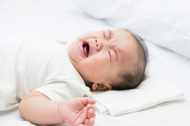 Nouveau-né asiatique pleure