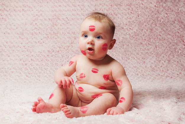 Nouveau-né bébé rempli de bisous