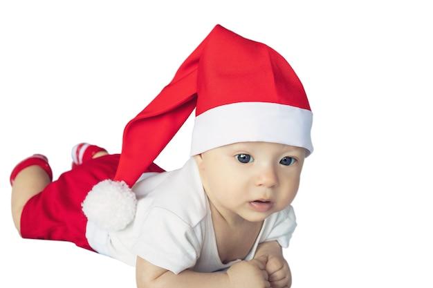 Nouveau-né en costume de noël du père noël isolé sur fond blanc