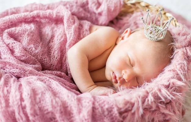 Nouveau-né dans une couronne de fille. mise au point sélective. gens.