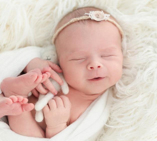Nouveau-né dort avec un petit jouet