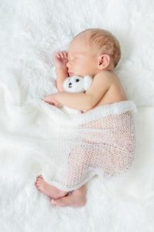 Nouveau-né endormi sur un fond blanc. mise au point sélective. gens.