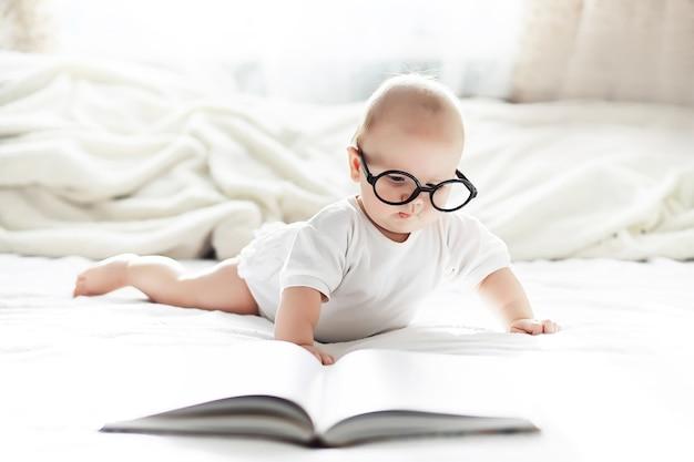 Un nouveau-né est allongé sur un lit moelleux. éducation aux émotions des enfants.