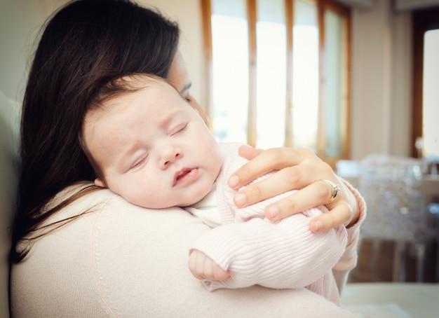 Nouveau-né, fille, dormir, épaule