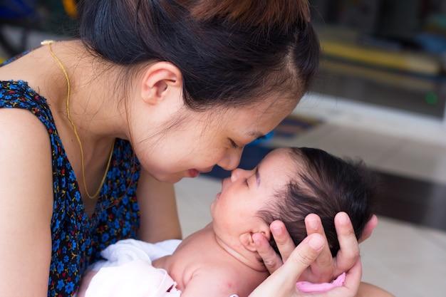 Nouveau-né sur les mains de la mère