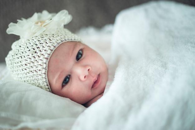 Nouveau-né se détendre au lit après le bain ou la douche. nursery pour les enfants.