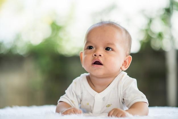 Nouveau-né se détendre sur un tapis.
