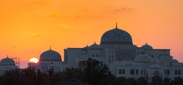 Nouveau palais présidentiel au coucher du soleil à abu dhabi, emirats arabes unis
