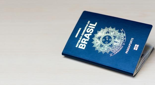 Nouveau passeport de la république fédérative du brésil - passeport du mercosur sur fond blanc - document important pour les voyages à l'étranger.