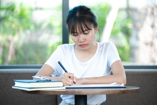 Le nouveau personnel comptable étudie pour comprendre les tâches comptables. notions comptables