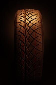 Nouveau pneu de voiture moderne