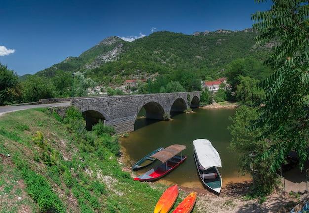 Nouveau pont sur la rivière crnojevica au monténégro