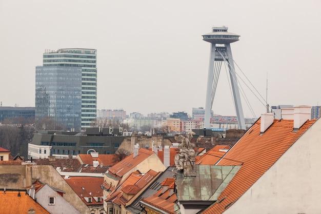 Nouveau pont et toits à bratislava