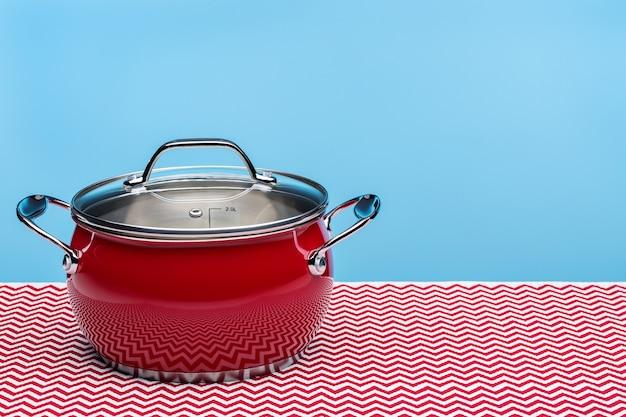 Nouveau pot de cuisine rouge pour la cuisson.