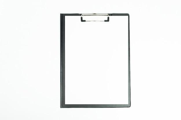 Nouveau presse-papiers noir avec une nouvelle feuille de papier propre isolé sur blanc