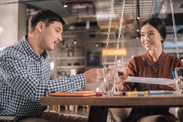 Nouveau projet. couple de jeunes entrepreneurs intelligents et beaux travaillant sur un nouveau projet à la cafétéria