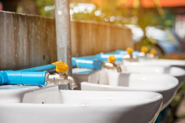 Nouveau robinet, changer le robinet en plastique et robinet de blass à l'école pour les soins communautaires