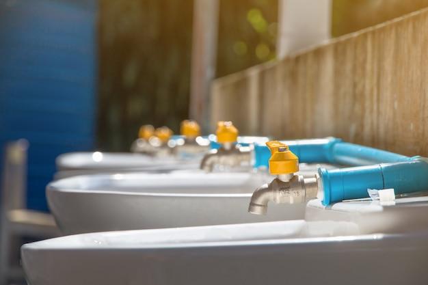 Nouveau robinet, changer le robinet en plastique et le robinet blass à l'école pour les soins communautaires