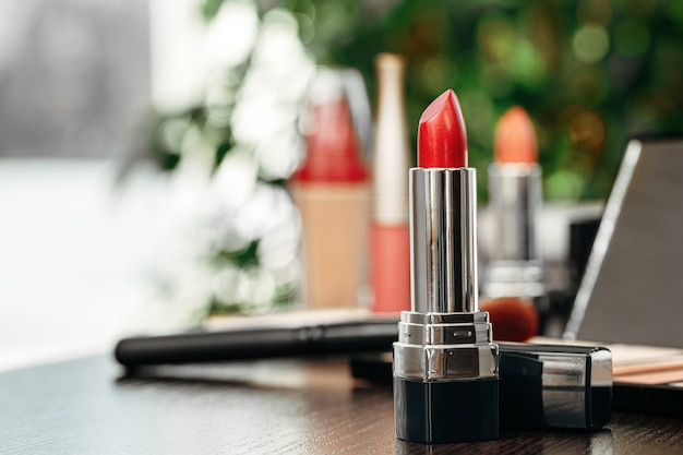 Nouveau rouge à lèvres rouge sur la vanité se bouchent