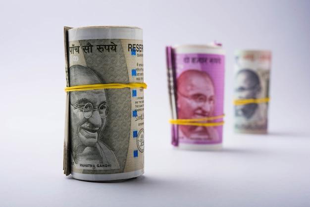 Nouveau rouleau ou paquet de roupies indiennes, mise au point sélective