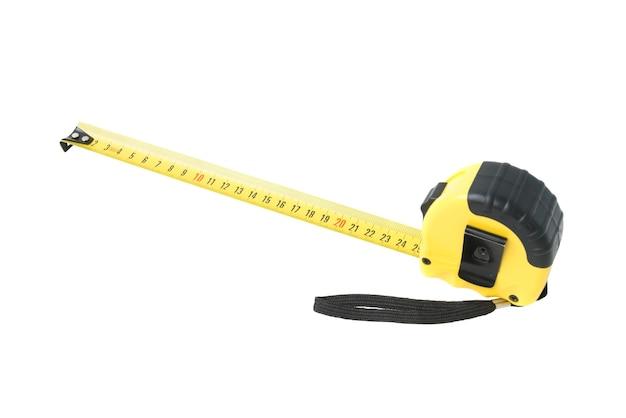 Nouveau ruban à mesurer jaune isolé sur fond blanc