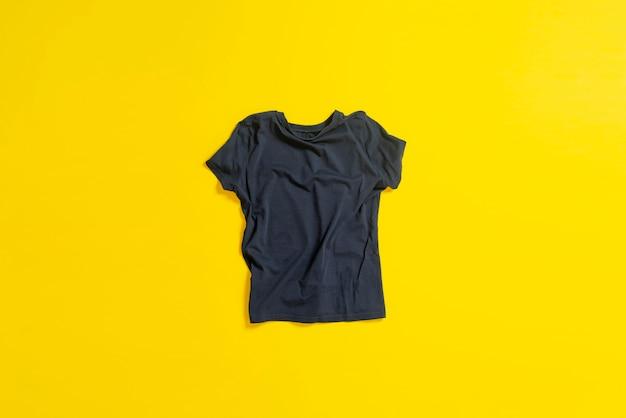 Un nouveau t-shirt à plat, de nouveaux vêtements, un tissu décontracté, un concept minimaliste