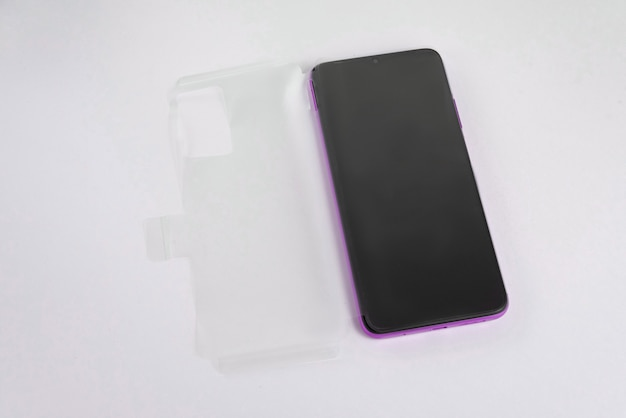 Nouveau téléphone portable avec couvercle transparent sur fond blanc isolé