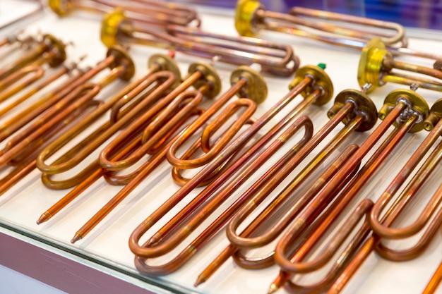 Nouveaux éléments chauffants en cuivre pour chaudières à eau, gros plan. chauffage pour machine à laver