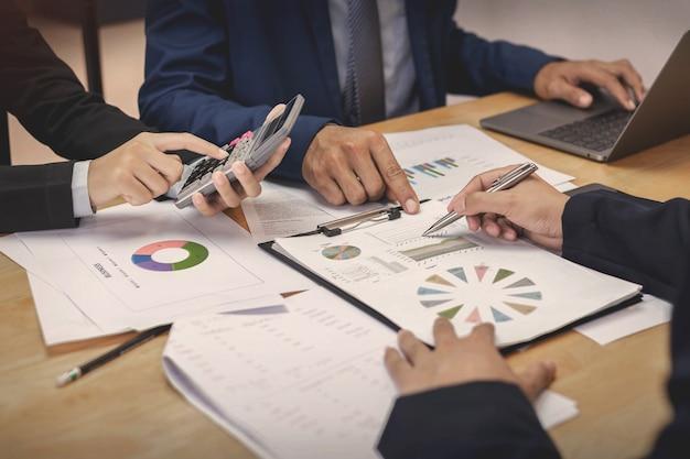 De nouveaux hommes d'affaires se réunissent pour la planification des affaires
