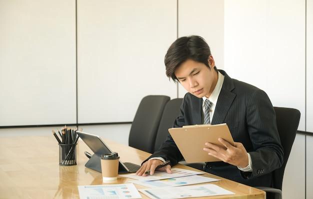Les nouveaux jeunes cadres examinent le rapport sur le rendement de l'organisation.