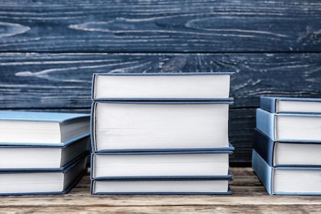Nouveaux livres sur fond de bois