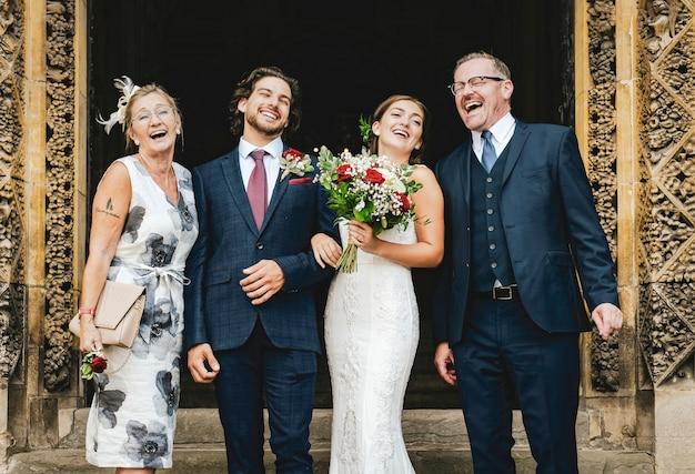 Nouveaux mariés avec leur famille en dehors de l'église