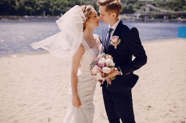 Les nouveaux mariés regardant les uns les autres